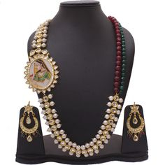 A combination of pearl and kundan with a hint of maroon and green beads spells ROYALTY