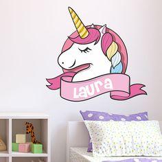 Original diseño de un unicornio en el que se puede personalizar el nombre. Perfecto para decorar la habitación de los más pequeños de la casa.