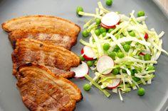 Meget lækker opskrift på grillet flæsk med ærtesalat, der serveres med citronkartofler. Det er rigtig sommermad med masser af smag. Grillet flæsk med ærtesalat er nem aftensmad, hvor den stegte flæ…