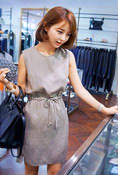 Today's Hot Pick :ベーシックラインウエストストリングワンピース http://fashionstylep.com/SFSELFAA0005387/myharoojp/out 大人モードのシンプルさが魅力のワンピースです。 きれい目のIラインシルエットが負担過ぎず、大人の着こなしを演出します。 適度な脇開きとラウンドネックラインがスタイリッシュなワンピース。 両サイドポケット付きで実用度高く、レイヤードスタイリングにもおすすめです。 ◆2色: ベージュ,カーキ