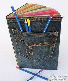 Staré džíny přešité na obal na diář. S kapsičkou na tužky :-)