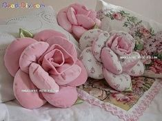 ideas patchwork pillow baby shabby chic for 2019 Sewing Pillows, Diy Pillows, Decorative Pillows, Handmade Flowers, Diy Flowers, Fabric Flowers, Fabric Crafts, Sewing Crafts, Sewing Projects