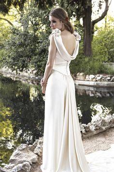 Vestido de novia de línea lánguida realizado en crêpe satén de seda natural en color champán de Basaldúa One #vestidosdenovia #weddingdresses #tendenciasdebodas
