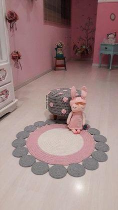 Round crochet rug made with owl graphic Crochet Doily Rug, Crochet Carpet, Crochet Patterns Amigurumi, Baby Knitting Patterns, Diy Crochet, Crochet Decoration, Crochet Home Decor, Draps Design, Crochet Furniture