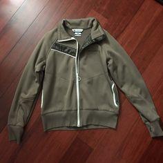 Brown Columbia sweatshirt size XL but fits like L Brown Columbia sweatshirt with pockets and front full zipper. Other