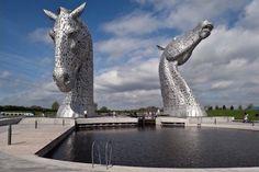 Dans la ville de Falkirk, en Ecosse, se dresse majestueusement ces deux têtes de cheval. Imaginée et réalisée par le célèbre artiste Andy Scott, cette sculpture baptisée « The Kelpie », en référence à la créature métamorphe du folklore écossais, symbolise pour l'artiste l'Ecosse moderne.  Il aura fallu huit ans, 5 000 000 £ et 600 tonnes d'acier pour réaliser cette oeuvre monumentale…