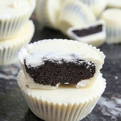 Dışı kıtır kıtır çikolata içi yumuşacık bisküvi dolgulu bu tatlılara bayılacaksınız. 1,5 SB beyaz çikolata 8 adet çikolatalı bisküvi 1/4 SB fıstık ezmesi Çikolataların yarısını benmaride eritin. Kalan yarısını ateşten alıp içerisine ekleyin. Muffin kalıplarının tabanına 1/2 YK çikolata koyun ve kabarcık kalmaması için vurarak düzeltin. 20 dk kadar buzdolabında bekletin. Daha sonra bisküviler ve fıstık ezmesini blenderdan geçirip bir hamur elde edin. Her kalıbın içerisine minik yassı bi to…