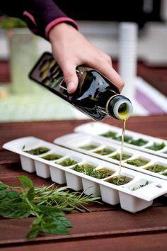 Preserving Fresh Summer Herbs for Winter Veggie Recipes, Healthy Recipes, Good Food, Yummy Food, Natural Garden, Natural Medicine, Food Hacks, Healthy Life, Herbalism