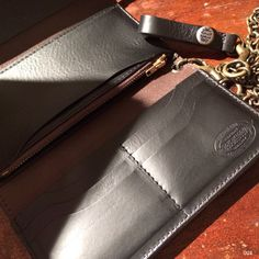 "Toys McCoy "" Beck "" Chain Long Wallet. Equipped with an original ""Beck"" logo on the double snap button. Together with a brass chain and Talon 42 zipper as well. Using the finest Italian veg tanned leather and well crafted in Japan."
