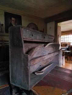 Prim Decor, Country Decor, Farmhouse Decor, Primitive Furniture, Chesterfield Chair, Shelf Ideas, Country Primitive, Sober, Primitives
