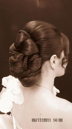 What a beautiful large low bun! Care however should be taken before adopting suc. Messy Hairstyles, Wedding Hairstyles, Hair Dos, Bridal Hair, Hair Inspiration, Curly Hair Styles, Hair Makeup, Hair Beauty, Acupressure Points