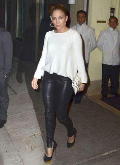 #legging. J LO #Jennifer #Lopez . Avec quoi porter un #legging en #cuir #noir ? #William #Carnimolla ce grand spécialiste de la #mode vous repond dans cet article du magazine #Voici (voir le lien source) Retrouver sur leggingstar.fr les meilleurs #leggings tendance #pas #cher . http://www.leggingstar.fr/leggings/7-entry-legging-noir-brillant-effet-mouille-ou-faux-cuir.html