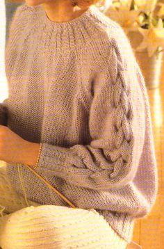 J'ai tricoté ce pull, il y a quelques années. Il faut bien prendre soin à choisir une laine légère comme le mohair, sinon le pull risque de peser lourd et de tirer vers le bas. A noter, l'encolure et les...