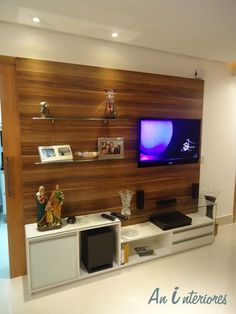 Sala de estar e painel para TV iluminados com luminária LED