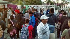 Gran concentración de maestros en las oficinas centrales de la dependencia estatal; acudían a hacer sus cobros anticipados por el periodo vacacional de Semana Santa y se encontraron con esta ...
