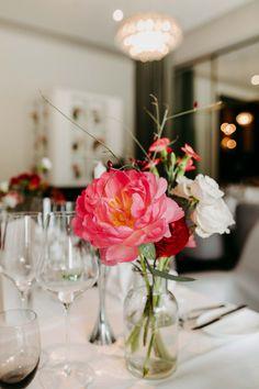 Ein weißes Tischtuch mit ein paar Farbtupfern oben drauf - das strahlt pure Eleganz aus. Business Events, Leaves, Weddings, Table Decorations, Home Decor, Hipster Stuff, Wedding Night, Getting Married, Couple