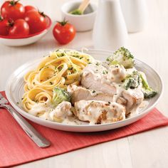 Côtelettes de porc Alfredo - 5 ingredients 15 minutes Orzo, Slow Cooker Recipes, Pesto, Great Recipes, Crockpot, Spaghetti, Food And Drink, Appetizers, Chicken