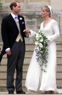 Sophie Rhys-Jones em vestido comportado criado por Samantha Shaw com decote em V para seu casamento com o príncipe Edward, conde de Wessex, em 1999.