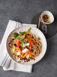"""""""Blitzpasta"""": Während die Nudeln kochen, werden Kürbis, Minze, Chili, Pinienkerne und Pistazien in Olivenöl und Balsamico gewälzt."""