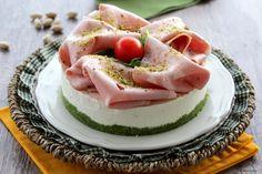 Ricetta antipasto facile e scenografico: cheesecake salata mortadella e pistacchi. Ricetta per le Feste: Natale, cenone, Pasqua, per il mare: piatto freddo