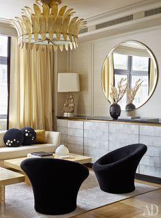 Фрагмент гостиной. Комод скрывает телевизор — он выезжает наверх и располагается, закрывая зеркало.