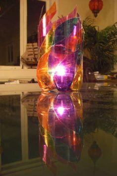 Porta velas reciclado con: 2 botellas de plástico transparente y liso Plumones permanentes Tijeras Pegamento  Vela don base de aluminio