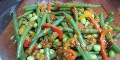 Bønnesalaten med stykker af peberfrugt