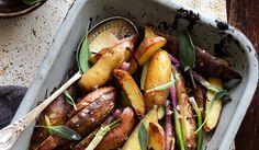 Aardappelen uit de oven zijn heel gemakkelijk te maken en je kunt in feite allerlei kruiden gebruiken. Voor dit recept hebben we gekozen voor salie kruid.