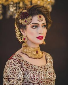 World of traditional indian/pakistani bridal makeup Asian Bridal Dresses, Bridal Mehndi Dresses, Bridal Dress Design, Pakistani Wedding Dresses, Bridal Outfits, Wedding Hijab Styles, Pakistani Girl, Bridal Lehenga, Lehenga Choli