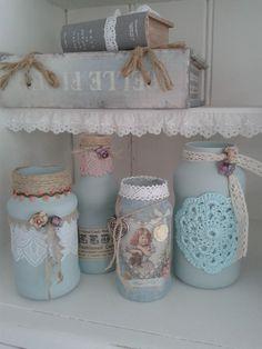 Romantisch gedecoreerde potjes en flesjes, materialen: verf, touw, lint, kant, servetten, decoupagepapier, papieren roosjes, hangers etc