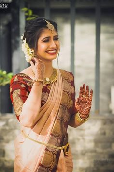 """Real Brides in Lightweight Bridal Outfits prove """"Less is More"""" - Jaykay Beauty - Real Brides in Lightweight Bridal Outfits prove """"Less is More"""" This South Indian bride in a simplistic saree, minimal jewellery, and her natural beauty = WOW ! Bridal Hairstyle Indian Wedding, Indian Bridal Hairstyles, Indian Bridal Outfits, Indian Bridal Fashion, South Indian Bride Hairstyle, Bride Indian, Kerala Bride, Bridal Blouse Designs, Saree Blouse Designs"""