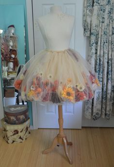 DIY on how to make a flower skirt! Flowers are inside tulle, great inspiration for a fairy dress up or ballet dance costume, so pretty #tutorial #howtomakeatulleskirt