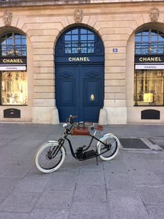 Royal Roadster Place Vendôme, Paris Electric Bicycle, High Class, New Experience, French, Paris, Motorcycles, Electric Push Bike, Montmartre Paris, French People