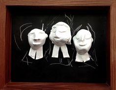 Avocats. 3 sculptures en argile blanche sur fond noir.Cadre en noyer, fait main.