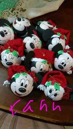 Christmas Ornament Crafts, Diy Christmas Ornaments, Felt Christmas, Christmas Projects, Holiday Crafts, Christmas Decorations, Painted Ornaments, Disney Christmas, Painted Light Bulbs