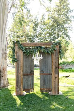 Im Freien rustikale elegante Hochzeit Hochzeit Veranstaltung von Madam Palooza fotografiert … Outdoor rustic elegant wedding wedding event photographed by Madam Palooza … … Decoration Photo, Deco Champetre, Wedding Entrance, Backdrop Wedding, Ceremony Backdrop, Rustic Backdrop, Barn Door Wedding, Old Doors Wedding, Reception Entrance