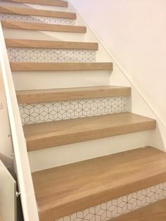 Escalier style scandinave, marches en bois clair et contre marche blanches avec motifs graphiques, par sur Kozikaza Tiled Staircase, Stair Banister, Stair Railing Design, Banisters, Tile Stairs, Stair Risers, Scandinavian Interior Design, Interior Design Kitchen, Scandinavian Style