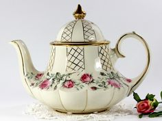 Marquee Sadler Rosebud Tea Pot, Vintage Carousel Shaped Sadler Teapot 12641 - Love this one! Vintage Tea, Café Chocolate, Tea Pot Set, Teapots And Cups, Tea Art, Antique China, My Tea, Drinking Tea, Tea Time