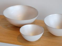 bowls with silvery glaze that deepens/oxidizes with time. by Ryota Aoki 青木良太. photo credit by cargo27.shop-pro.jp.