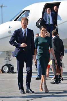 Meghan Markle Duchess of Sussex and Prince Harry left for their first international tour to Dublin She wore a forest green Givenchy top and pencil skirt. Prince Harry Et Meghan, Princess Meghan, Harry And Meghan, Prinz Harry Meghan Markle, Harry And Megan Markle, Meghan Markle Outfits, Meghan Markle Photos, Meghan Markle Stil, Markle Prince Harry