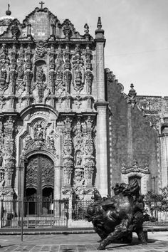 Haz tu recorrido por la ruta #CorpusTerra, un camino por la trayectoria escultórica de Javier Marín.  Corpus en #SanIldefonsoMx, Terra en #PalaciodeIturbide y tres cabezas monumentales en #PlazaSeminario, Centro Histórico de la Ciudad de México.