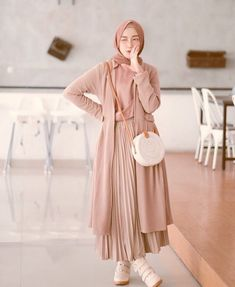 21 Modest Ways To Style Long Pleated Skirts With Hijab Fashion - Zahrah Rose hijab remaja rok plisket Modest Fashion Hijab, Modern Hijab Fashion, Modesty Fashion, Hijab Fashion Inspiration, Islamic Fashion, Fashion Outfits, Modest Outfits Muslim, Fall Fashion, Fashion Muslimah