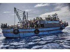 Un vieux bateau de pêche en bois, parti de Libye avec plus de 500 migrants à bord, peu avant son sauvetage par le Bourbon Argos.