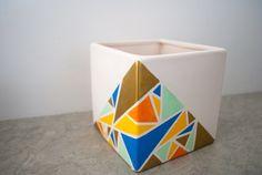 Un pot avec une décoration originale en triangles