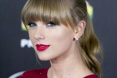 What red lipstick does Taylor Swift use? Find out here: https://www.no1magazine.co.uk/2016/06/29/red-lipstick-taylor-swift-use/