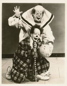 In this Zuss costume the volar can remain prominent and regsl after the God Vestment/robe is put on. The Sherman Brothers Clown Act Gruseliger Clown, Scary Clown Mask, Clown Party, Circus Clown, Creepy Circus, Clown Costumes, Circus Train, Circus Acts, Circus Theme