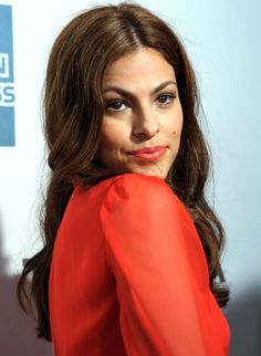 Feliz 39th Cumpleaños to one of our fave Latina beauty icons, Eva Mendes - who balances pretty and sexy like it's a piece of cake! This is Jonathan's crush lol