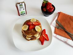 Pancakes with bananas and strawberries are very tasty and a very simple recipe to make. They are soft, fluffy, a true delight for breakfast that can be served Tasty Pancakes, Banana Pancakes, Strawberries, Delicious Desserts, Food To Make, Easy Meals, Breakfast, Ethnic Recipes, Strawberry Fruit