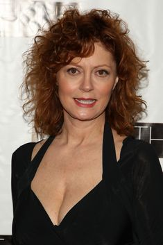 Susan Sarandon's beautiful face and attractive fashion sense has never diminished no matter what age. The A-lister, prominent actress looks so much better Cool Short Hairstyles, Pixie Hairstyles, Short Hairstyles For Women, Curly Hairstyle, Short Hair Cuts For Women, Short Hair Styles, Susan Sarandon Hot, Susan Surandon, Thelma Et Louise