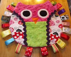 Pink Owl Taggie - no tutorial, just the pic as inspiration Baby Sewing Projects, Sewing For Kids, Diy For Kids, Diy Baby Gifts, Baby Crafts, Sewing Toys, Sewing Crafts, Handmade Baby, Handmade Gifts